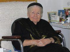 Citește povestea lui Irena Sendler, o asistentă din Polonia în timpul celui de-al 2-lea Război Mondial, care a salvat 2.500 de copii evrei.