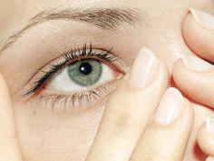 Geschwollene Augen? Das sind die Ursachen. Plus: 4 Strategien, die dagegen helfen