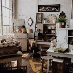 Vintage Decor Style is in almost every feed of social media! So i've got the key rules to rock vintage decor in your home! Solid Wood Furniture, Vintage Furniture, Second Hand Furniture, Diy Apartment Decor, Apartment Design, Bedroom Apartment, Apartment Office, Apartment Door, Apartment Renovation