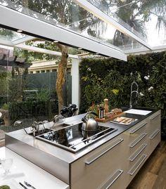 A cozinha gourmet, atualmente, é o espaço de lazer mais desejado na hora de construir e reformar!! Opções, materiais e estilos não faltam para compor um ambiente prático e funcional para cozinhar, e super aconchegante para receber em grande estilo Por não ser um espaço usado no dia-a-dia, vale a pena investir em materiais e …