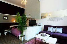 Dormitorio y salón comparten el mismo espacio en este pequeño apartamento. Muebles y decoración en perfecta armonía.