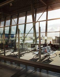 Sunny gate 21 at WarsawChopin Airport. Fot. Dariusz Kłosiński