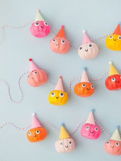 Kawaii DIY party pumpkin garland - Handmade Charlotte Wish you could join in all the Halloween fun but find it all just a bit too frightening? We've found some adorable Halloween products and DIYs for even the biggest of scaredy-cats! Kawaii Halloween, Fröhliches Halloween, Halloween Birthday, Holidays Halloween, Halloween Labels, Vintage Halloween, Halloween Pumpkins, Halloween Makeup, Halloween Costumes