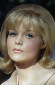 Actress Carol Lynley with a teased flip Más 50s Hairstyles, Vintage Hairstyles, Classic Hairstyles, Classic Actresses, Hollywood Actresses, Female Actresses, Female Celebrities, Carol Lynley, Female Movie Stars