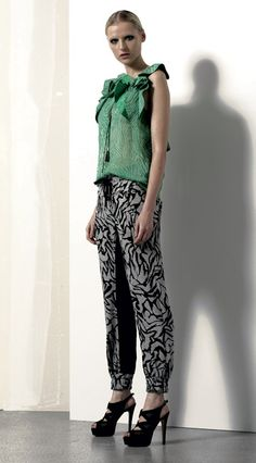 Look 09 . 653 Camicia / Blouse . 492 Pantalone / Trousers . 216P Scarpa / Shoes