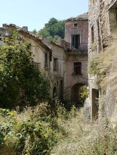 Abandoned towns in Southern Italy...I love this picture. The link has more than just this one. I want to go to at least one of these places and see it for myself...