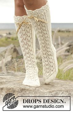 drops design ∞t ricot chaussette longue mi-jambe blanche dentelle petit noeud ruban / knitted DROPS knee socks with lace pattern in fabel Free Pattern Crochet Stitches Free, Knit Or Crochet, Knitting Patterns Free, Free Knitting, Free Pattern, Crochet Patterns, Lace Socks, Crochet Slippers, Drops Design