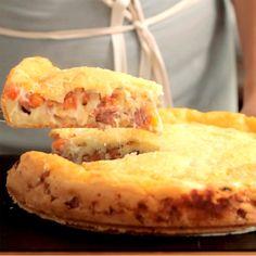 Receita com instruções em vídeo: Que tal surpreender a todos com uma deliciosa e irresistível torta pão de queijo? Ingredientes: 3 xícaras de polvilho doce, 3 ovos, 1 xícara de queijo minas ralado, ½ xícara de óleo, 1 xícara de leite morno, Pitada de sal, 1 colher de chá de fermento químico, 300g de linguiça calabresa picada, 100g de queijo muçarela ralado, 3 tomates picados sem semente, Pitada de orégano, 50g de queijo parmesão ralado