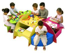 Ensemble Joker Trafic - Ensemble de tables avec un sofa pique bleu : une Table Trèfle verte 3 places avec un bac à jouets et 70 pièces de Plusplus, une Table Carreau Trafic rouge 4 places avec un jeu de l'oie antivolé et boule de loterie, un Pupitre à dessin Cœur rouge 1 place. Dimensions :  190 x 60 cm avec une hauteur de 120 cm. #espace #enfant #bébé #bambins #coin #jeu #crèches #écoles #pharmacie #opticien #concession #magasins #enfance #activité #divertissements #table #multijoueur