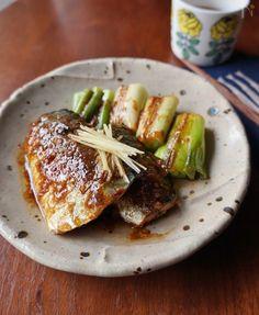 脂ののったサバを豆板醤や味噌、ニンニクなどを合わせたピリ辛味噌だれに漬け、長ネギと一緒にこんがりと焼きました。ご飯がすすみ、おつまみとしてもピッタリの一品です。