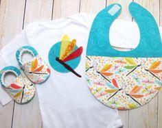 Ensemble de cadeau de bébé voitures chapeau noué par KozyKuttings