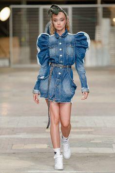 Denim Fashion, Runway Fashion, Fashion Trends, Concept Clothing, Dolly Fashion, Look Short, Merian, Fashion Figures, Short Jeans