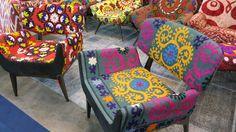 O tecido que reveste essas poltronas chama-se Susani, foi bordado à mão e veio do Uzbequistão. Móveis da Szalay.