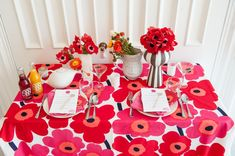 Marimekko Unikko print used as a tablecloth Retro Home, Marimekko, Pattern Mixing, Modern Prints, Artistic Photography, Red Wedding, Wedding Inspiration, Wedding Ideas, Party Time