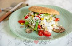 Turkse broodjes met gehakt, groenten en knoflooksaus Wrap Sandwiches, Salmon Burgers, A Food, Brunch, Snacks, Chicken, Dining, Health, Ethnic Recipes