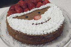 Um bolo de Papai Noel para decorar a ceia de Natal. Fácil, rápido e vai virar a alegria da criançada! Saiba mais no blog clicando na foto!