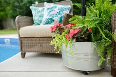 Throwing Shade: DIY Rolling Umbrella Stand Planter The craft experts at walk through simple steps to creating a mobile umbrella stand in a stunning rolling planter. Patio Diy, Backyard Patio, Patio Ideas, Diy Pool, Garden Ideas, Backyard Landscaping, Landscaping Ideas, Backyard Ideas, Pool Ideas