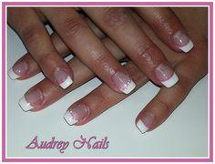 French blanche + déco stamping fleur, pétales roses, poin par Audrey Nails 91