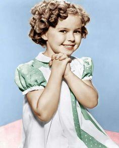 E' morta a 85 anni l'ex bambina prodigio d'America, Shirley Temple. L'ex bimba dai riccioli d'oro degli anni '30 vanta una filmografia infinita, con film che girò dall'età di 4 anni ai 19 anni, età in cui di innocente e infantile aveva ormai ben poco. Il ritiro dalle scene risale infatti al 1949, da quel momento in poi si dedicò alla famiglia e alla sua attività da diplomatica. Niente droghe, niente scandali.  Lindsey Lohan e Miley Cyrus brindano alla sua, con uno Shirley Temple sbagliato.