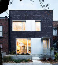 Analizaremos el diseño de una hermosa casa de dos pisos y tres dormitorios, con fachada de ladrillo caravista e interiores amplios y luminosos gracias a la adición – al interior – de o…