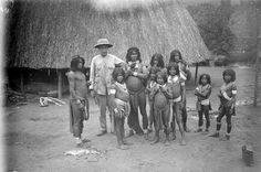 C.H. de Goeje among Oyana indians during the Toemoek-Hoemak-expedition.1907, Popokai,Suriname (Photo: © KNAG) Foto klikken en scrollen.