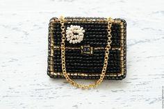 Купить или заказать Брошь сумочка Брошь из бисера Сумка Вышитая брошь 'Inspired by Chanel' в интернет-магазине на Ярмарке Мастеров. Сумок много не бывает!! Девочки, вы ведь согласны? Красивая и оригинальная брошь. Смотрится стильно и интересно на любых предметах одежды. Основа броши - фетр, крепится с помощью позолоченной булавки для броши, обратная сторона - натуральная кожа. Другие работы из моей Black Collection: www.livemaster.ru/item/9999445-ukrasheniya-brosh-...