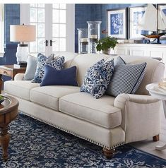 Bildergebnisse für das Anreden der beige Couch - Home Design Coastal Living Rooms, New Living Room, Living Room Sofa, Living Room Interior, Home And Living, Traditional Living Room Furniture, Small Living, Traditional Sofa, Classic Living Room
