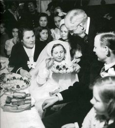 Photo GASTON PARIS _ROGER -VIOLLET- REPAS DE COMMUNION SOLENNELLE -1950