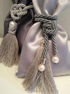 Sacchetti in raso grigio con cordoncini, nappine e perle di fiume. Fatti a mano. Da www.ideedialisaa.it