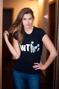 """T-shirt WTF? De vrouwelijke versie van de klassiker is een nauwsluitend model met verkorte mouwtjes en heeft een RAXart opdruk met de tekst: """"WTF?"""". Blikdicht met aangenaam hoge stofdichtheid en een eersteklas verwerking."""