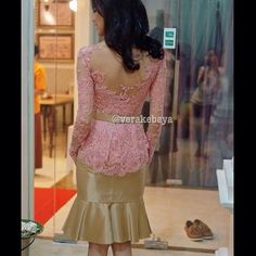 @noiaswari ... #partydress #backdetails #beads #swarovskicrystals #kebaya #lace #verakebaya ❤️❤️❤️