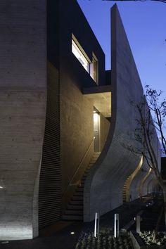 Breeze est un projet du cabinet japonais Artechnic Architects, situé dans un quartier du centre ville de Tokyo. Les concepteurs affirment qu'ils ont essayé de créer un espace privé entouré d'une paroi rocheuse imposante qui isole l'intérieur de l'agitation de la ville, tout en bénéficiant de la vie au coeur de Tokyo.