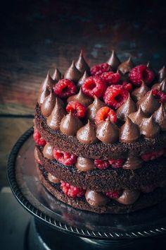 gâteau chocolat avecmousse choco et framboises: 1/2 tasse de cacao=55g 125ml d'eau bouillante 125gbeure ramolli 275g suce 115g de farine autolevante 30g de farine tt usage 3oeufs et 1ccd'extrait de vanille cuire à 180°pdt 20à 25min mousse fondante: 120g de chocolat hachés 150g de beurre 130g de sucre vanile