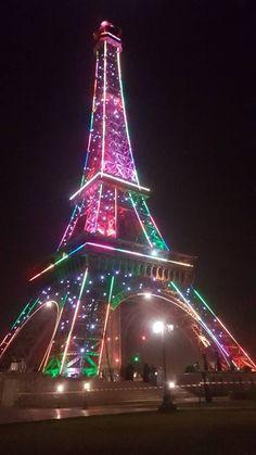 Paris Images, Paris Pictures, Colorful Pictures, Cool Pictures, Paris Torre Eiffel, Eiffel Tower Painting, Paris In Spring, Paris Romance, France Eiffel Tower