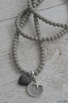 Ketting houten kraal met twee zilverkleurige bedels en houten hart | KETTING HOUTEN KRAAL | Bij de Zussen