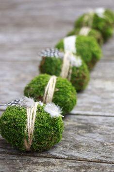 Eine schlichte Osterdeko Idee sind diese Eier aus Moos. Die Moos Ostereier eignen sich als natürliche Osterdeko bzw. Ostern Tischdeko. Die Mooseier sind eine Ostern Bastelidee, die man auch gut für ein Ostern Gesteck nutzen kann.