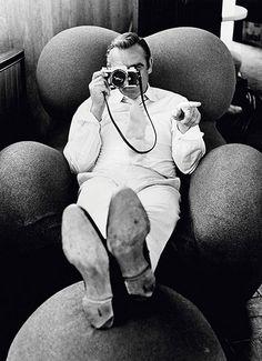 """Además de hitos como las tres décadas durante las que siguió los pasos de Frank Sinatra o los 40 años en los que acompañó a Elton John, este fotógrafo puede presumir de ser el único que ha retratado a todos los actores que han interpretado a James Bond. Su favorito, Sean Connery, """"el hombre más masculino"""" al que asegura haber retratado."""