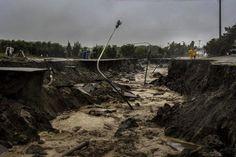 》Tagelange Regenfälle haben in vielen Orten im Süden Argentiniens Verwüstungen hinterlassen. In der Stadt Comodoro Rivadavia ist dort, wo früher eine Straße war, nur noch ein ausgespülter Graben zu sehen.《