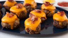 Bite-Sized Breakfast - The Pampered Chef? Love this idea for Easter brunch. Just press thawed hash browns into a mini-muffin tin, fill with your favorite breakfast foods, and bake at for 22 - 25 minutes or until golden brown. Easter Recipes, Appetizer Recipes, Appetizers, Breakfast Cups, Breakfast Recipes, Hashbrown Breakfast, Breakfast Sausages, Lunch Recipes, Pampered Chef Recipes