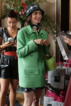 emily in paris fashion Fashion Tv, Paris Fashion, Girl Fashion, Fashion Outfits, Fashion Trends, Lily Collins, Carrie Bradshaw, Tv Mode, Fashion Bubbles