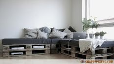 Pallet Daybeds can be placed anywhere in the house. Pallet daybed is a mini form of a proper bed. You can place pillows and cushions on the pallet daybed Diy Pallet Couch, Pallet Daybed, Pallet Furniture, Home Furniture, Pallet Seating, Pallet Sectional, Furniture Ideas, Pallet Lounge, Diy Couch