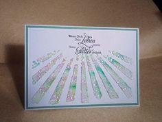 Beliebige Stencil-Schablone auf weißes Kartenpapier legen und mit Stukturpaste bestreichen. Etwas Brusho darüber streuen und darüber etwas Glitter. Alles gut trocknen lassen. Dann... #Brusho #Cardmaking #Glitter #Karten-Kunst-Stempel #Kartenbasteln #Kartendesign #Kartenkunstshop #Papercraft #Stamping Notebook, Scrapbook, Blog, Diy Cards, Sunshine, Paper, Homemade Cards, Stamping