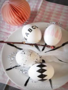 Ostereier mit Buchstaben beklebt by lilliundlotta.blogspot.de