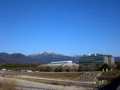菰野町菰野地区 釈迦ヶ岳と庁舎  平成25年3月4日撮影
