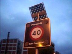 Señal de transito con placa solar fotovoltaica  #hospitalet #barcelones