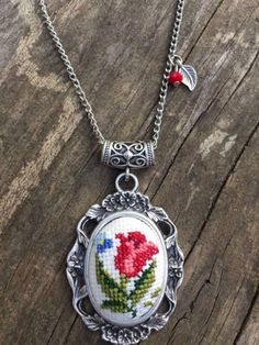 This Pin was discovered by Özg Small Cross Stitch, Cross Stitch Heart, Cross Stitch Borders, Cross Stitch Flowers, Cross Stitching, Embroidery Hoop Art, Crewel Embroidery, Beaded Embroidery, Cross Stitch Embroidery