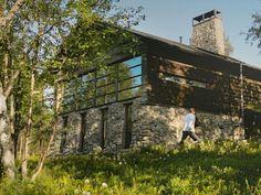 ペッカとハンネリのシルフォース夫妻は、大自然の中の湖畔に立つ自宅の横に、フィンランドのトップデザインを展示するためのスタジオを作りました。 「あの長い休みの間に、自分たちがラップランドに永住したいと思っていることに気が付きました。そこで、この大自然の中に、フィンランドのトップデザインを展示するということを考え始めたのです。家のすぐ隣に、板廊下で沼地を渡って行けるスタジオを設計しました。このスタジオでは、極北の地が現代文化に与えるインパクトのようなものを、訪れる人々に見てもらえるようにしました。」
