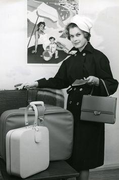 #Laukkumuoti #1960-luku #Mainoskuva #Käsilaukku #Matkalaukku #Valokuvaaja Yngve Wikström #Handväska #Räsväska #Banner #1960-talet #Fashion #Handbag #Purse #Traveling bag #Suitcase #1960s