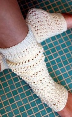 Novita Oy - Neulemalli: Neulotut pitsilämppärit Wool Socks, Knitting Socks, Knitting Ideas, Cosy Outfit, Boot Cuffs, Sewing Hacks, Sewing Tips, Leg Warmers, Mittens