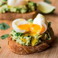 tostada-con-aguacate-huevo-mollet